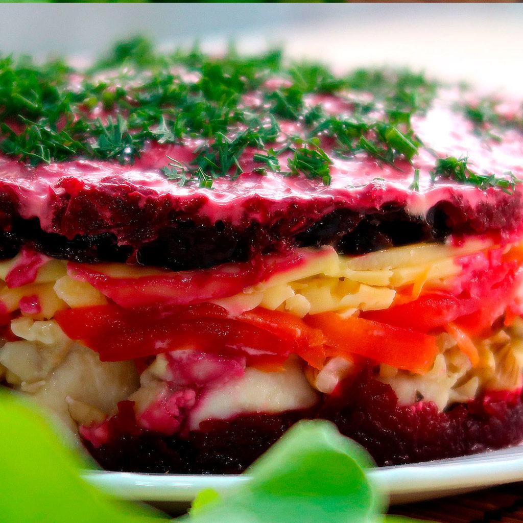 Яркий слоеный салат Чингисхан