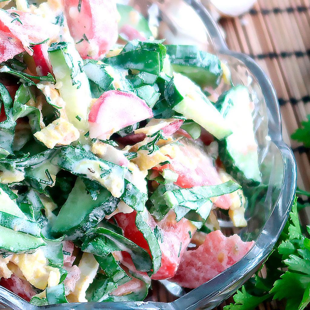 Салат с овощами и щавелем