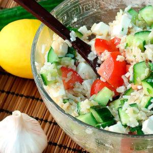 Салат с рисом овощами и сыром фета