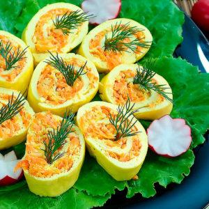 Яичный рулет с сыром и морковью