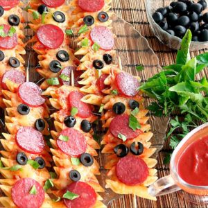 Пицца из макарон на шпажках